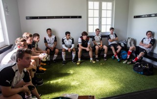 Uni White team talk